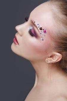 Maquillage artistique sur les sourcils de nombreuses femmes en strass