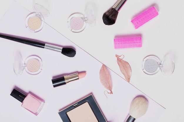 Maquillage assorti fournitures sur fond clair