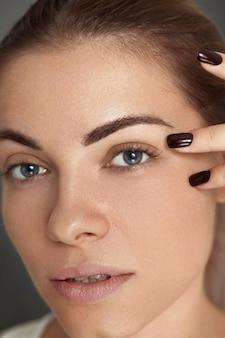 Maquillage de beauté. visage de femme avec de beaux yeux et sourcils