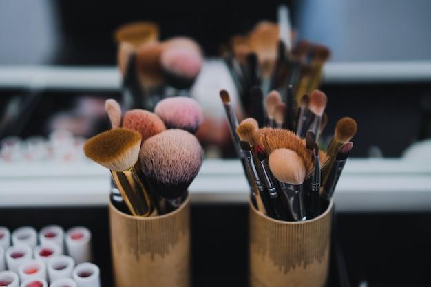 Maquillage classe de maître. pinceaux à maquillage
