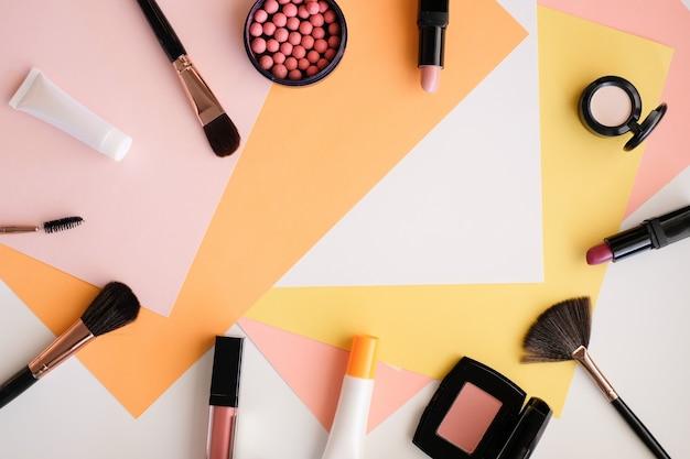 Maquillage cosmétique sur fond de couleur.