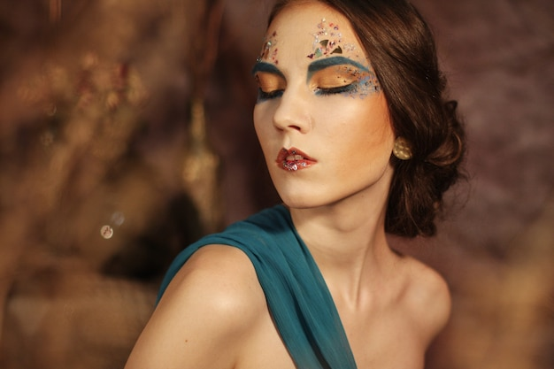 Maquillage créatif lumineux. beau visage de femme