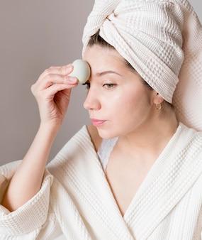 Maquillage femme avec éponge