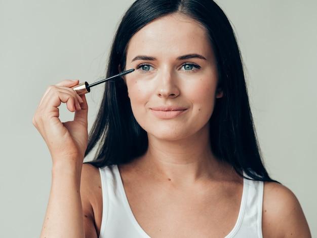 Maquillage femme mascara yeux peau saine maquillage de mode naturel. prise de vue en studio.
