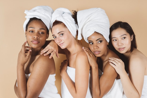 Maquillage femme multiethnique, spa, serviettes