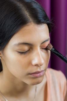 Maquillage d'une femme