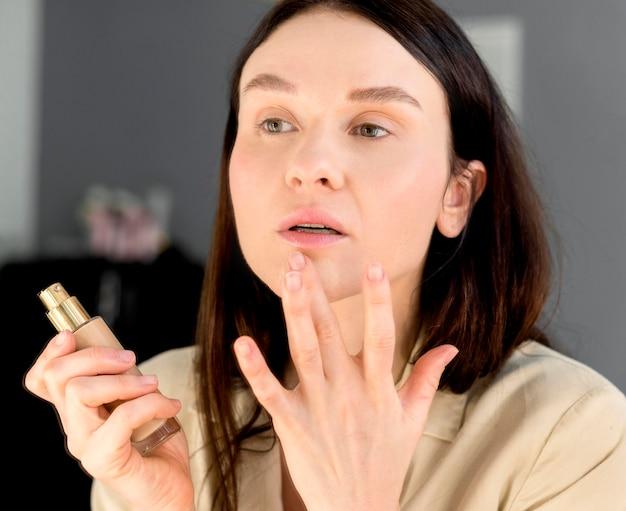 Maquillage de fondation femme