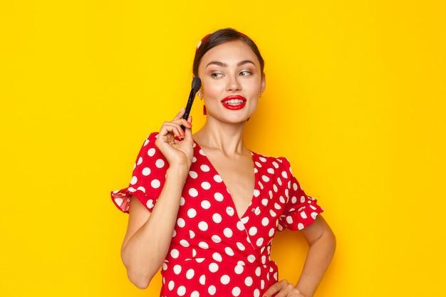 Maquillage. gros plan tête de portrait de jeune femme de style rétro pinup