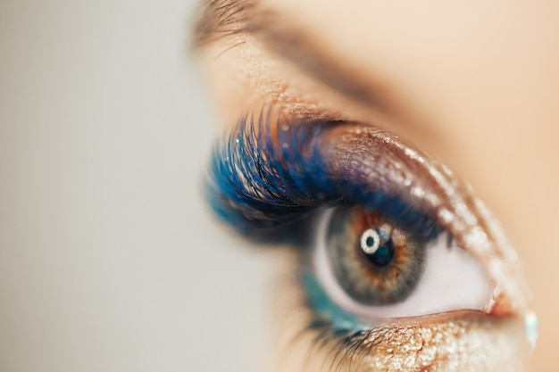 Maquillage inhabituel lèvres bleues cils bleus