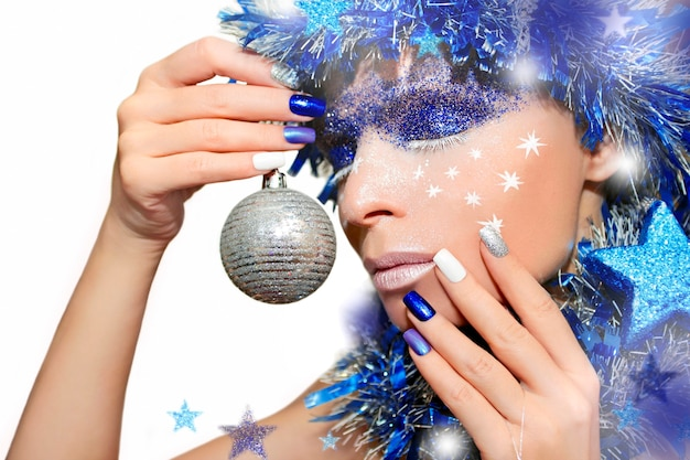 Maquillage et manucure du nouvel an aux reflets argentés et bleus