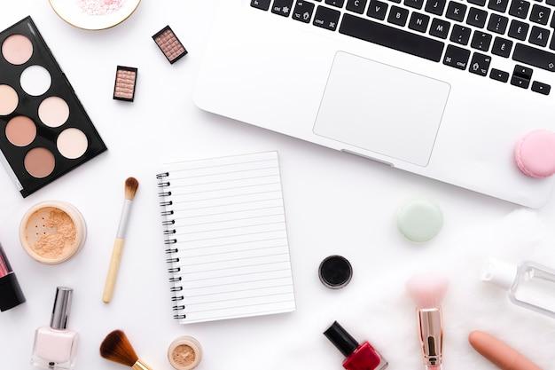 Maquillage avec ordinateur portable et ordinateur portable