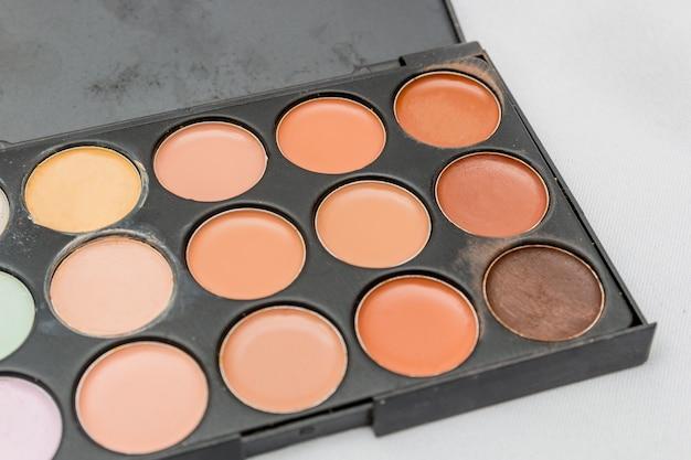 Maquillage, palette de fards à paupières sur fond blanc à rio de janeiro.