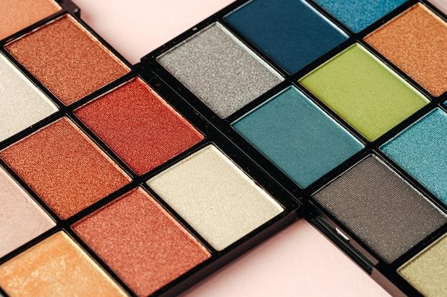 Maquillage des palettes d'ombres à paupières colorées, gros plan