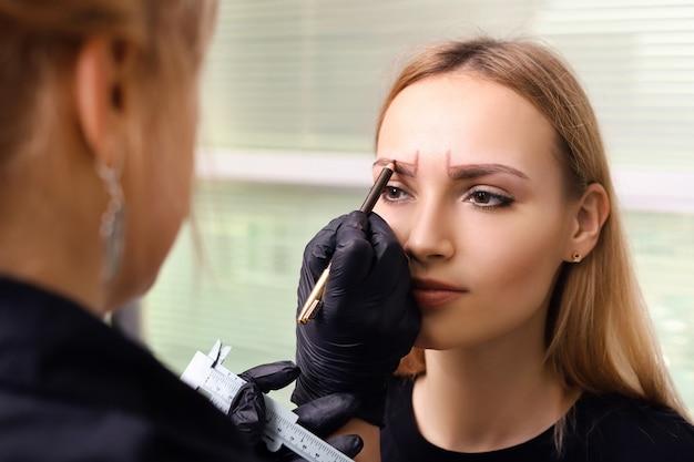 Maquillage permanent sur les sourcils.