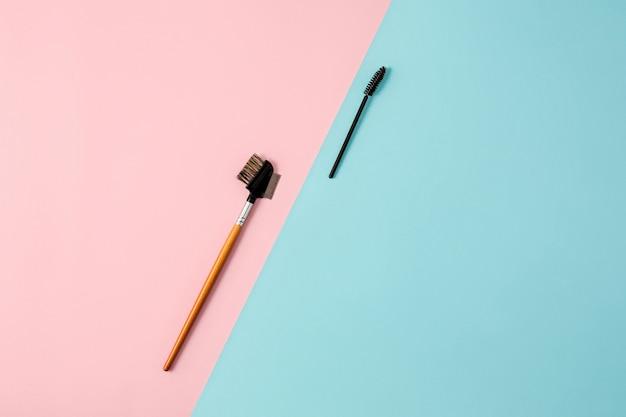 Maquillage des pinceaux sur fond coloré
