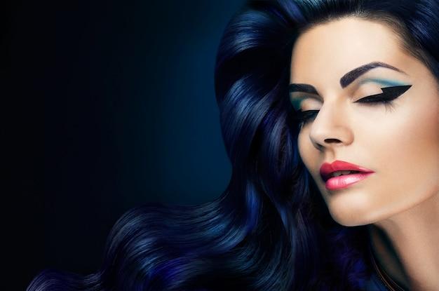 Maquillage. portrait glamour du modèle belle femme avec du maquillage frais et une coiffure romantique.