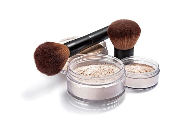 Maquillage en poudre blush et pinceau isolé sur blanc