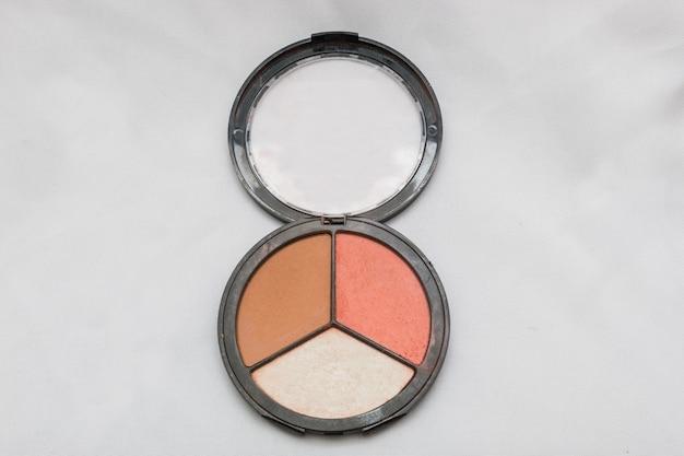 Maquillage, poudre compacte pour le visage sur fond blanc à rio de janeiro.