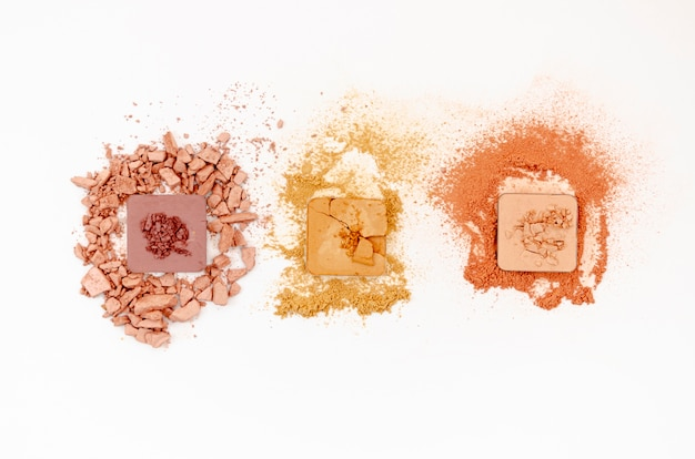 Maquillage pour les yeux coloré sur fond blanc