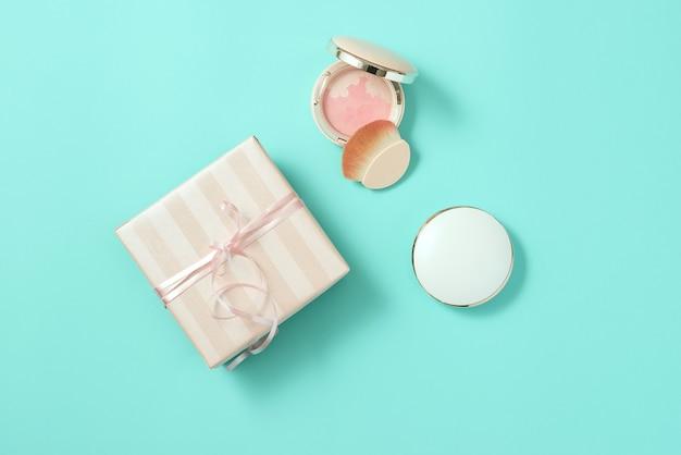 Maquillage produit cosmétique beauté mode rose plat poser