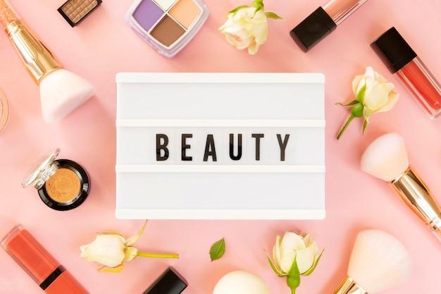 Maquillage des produits de beauté avec boîte à lumière