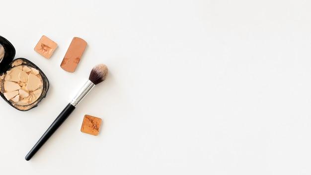 Maquillage des produits de beauté avec copie-espace