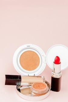 Maquillage des produits débordant de rose