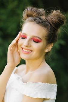 Maquillage professionnel lumineux d'été
