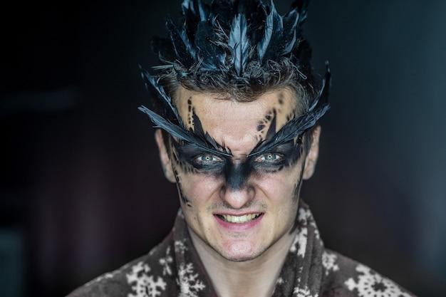 Maquillage professionnel personnage fantastique comme un corbeau