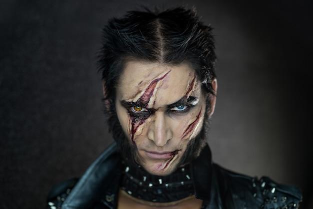 Maquillage professionnel wolverine loup-garou avec des cicatrices et des yeux orange.