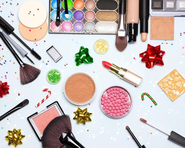 Maquillage scintillant de fête de noël. maquillage lumineux et pétillant du nouvel an. vue de dessus, mise à plat