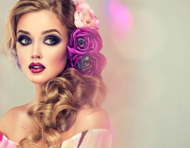 Maquillage splendide dans le style des yeux charbonneux sur le visage de la belle jeune femme