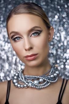 Maquillage des yeux d'une femme blonde sur un brillant.
