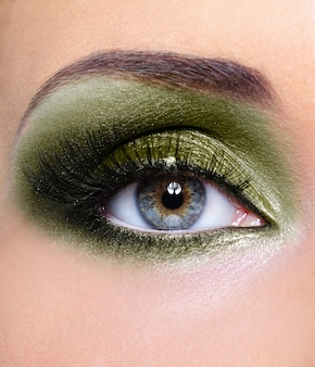 Maquillage des yeux de femme avec des ombres à paupières kaki