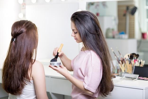 Maquilleur faisant du maquillage