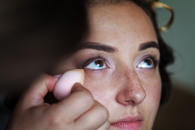 Maquilleur de mariage faisant un maquillage pour la mariée