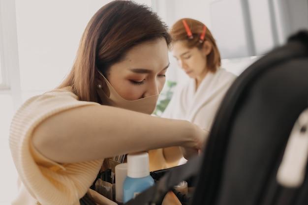 Le maquilleur utilise des outils de maquillage s'appliquant au client