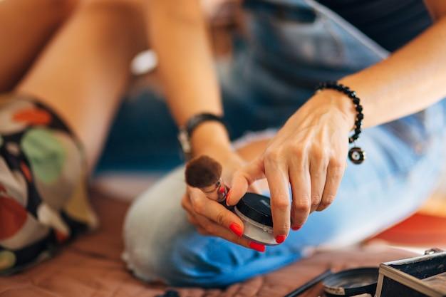 Maquilleuse de cas un ensemble d'outils de fondation de poudre de pinceaux