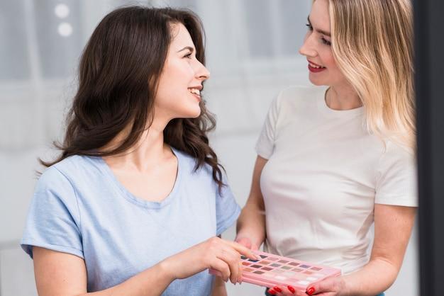 Maquilleuse avec client choisissant fard à paupières