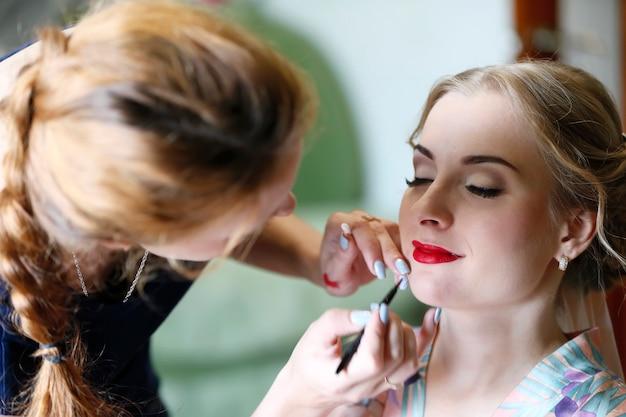 Maquilleuse faisant du maquillage.