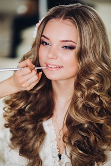 Maquilleuse maquillant la mariée