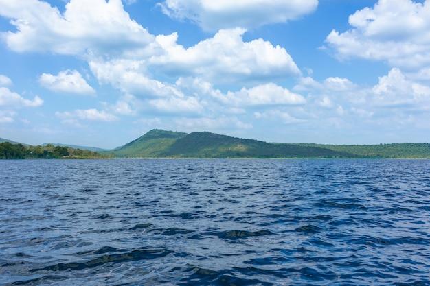 Marais lac et montagnes vertes, avec le ciel bleu et de beaux nuages