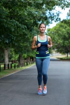Marathon athlète féminine en cours d'exécution