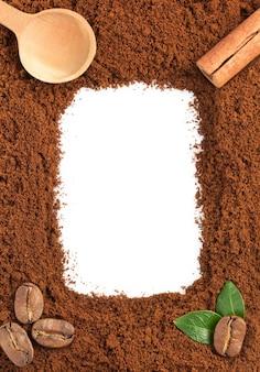 Marc de café isolé sur une surface blanche