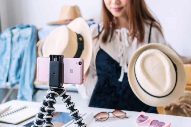 Marchands en ligne vendant des articles de mode sur les réseaux sociaux