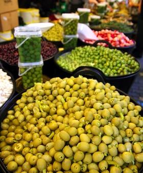 Marché alimentaire des olives et des cornichons