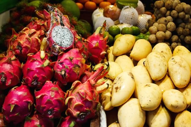 Marché aux fruits en thaïlande, mangue et fruit du dragon