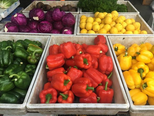 Marché aux légumes bio dans le bazar.