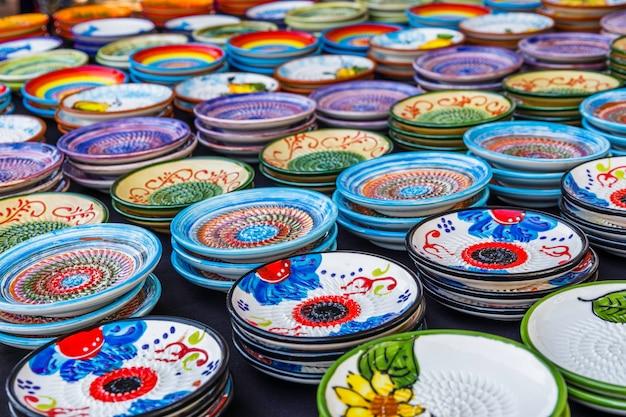 Marché en céramique traditionnel avec assiettes et bols colorés faits à la main