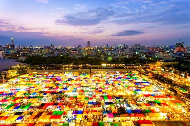 Marché du week-end tarad rod fai de thaïlande